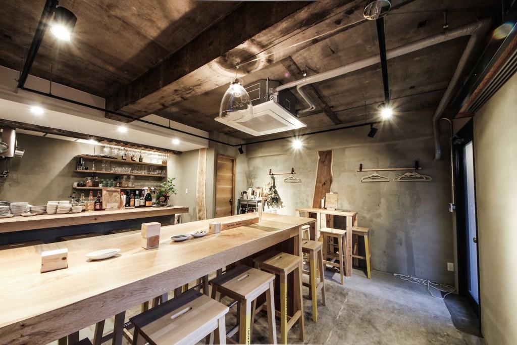 居酒屋(TORIKARA STAND)/内装デザイン事例のカウンター・テーブル