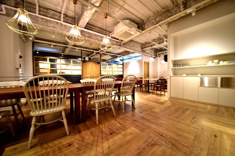 天井をスケルトンとしたおしゃれなカフェ内装