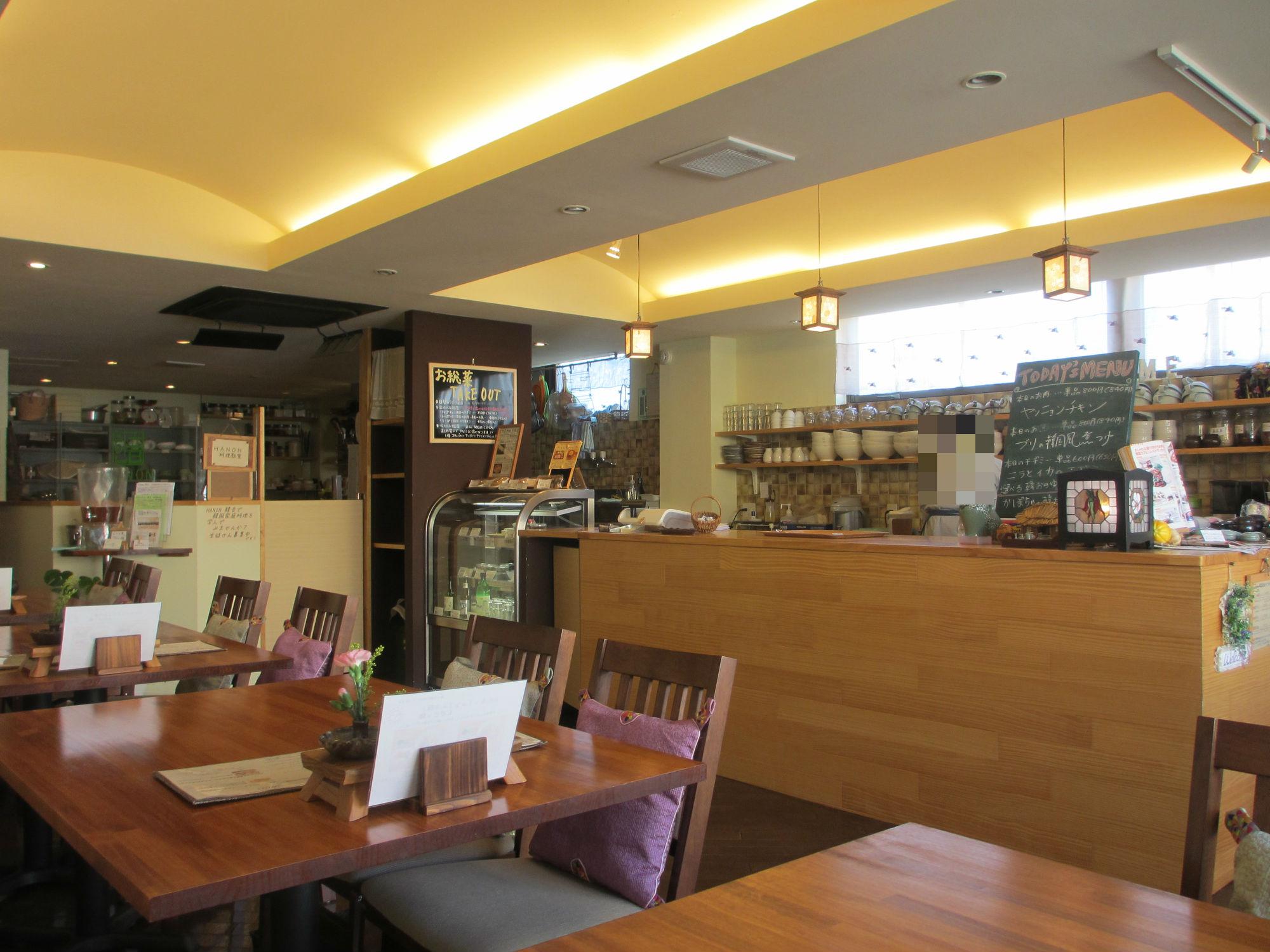 カフェ内装デザイン清潔で落ち着きのある空間