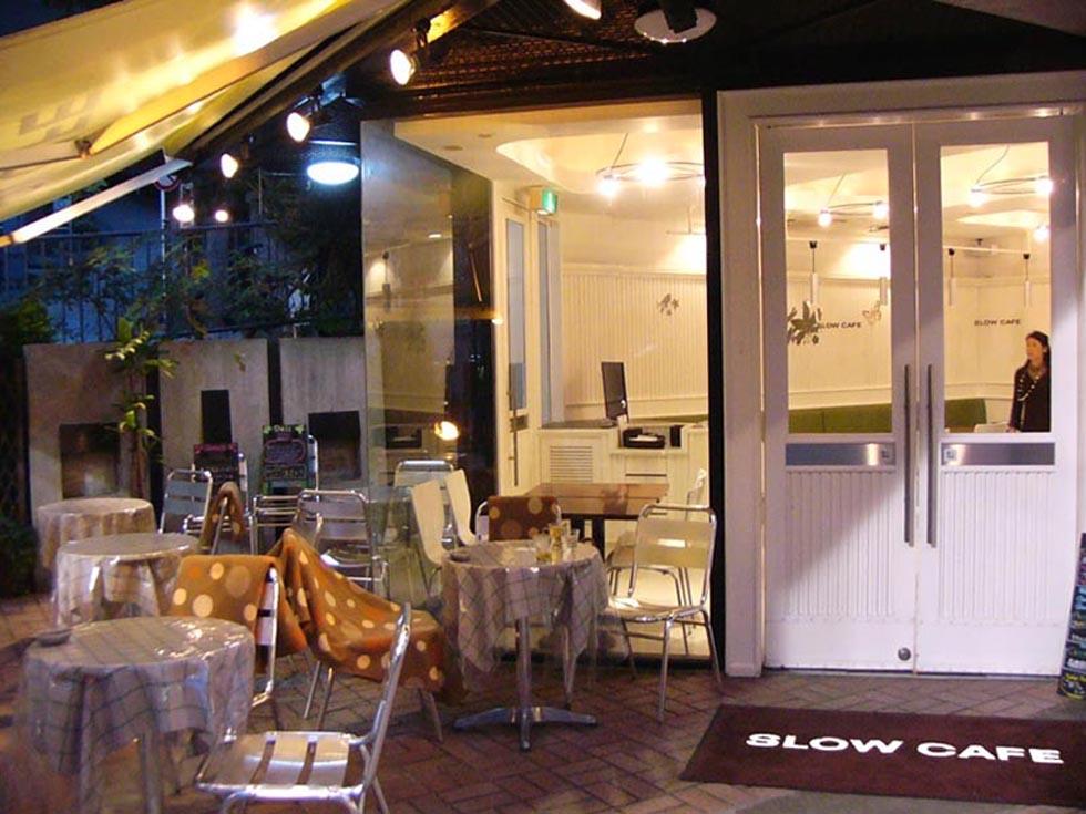 カフェの内装デザイン/白を基調とした清潔感のある空間
