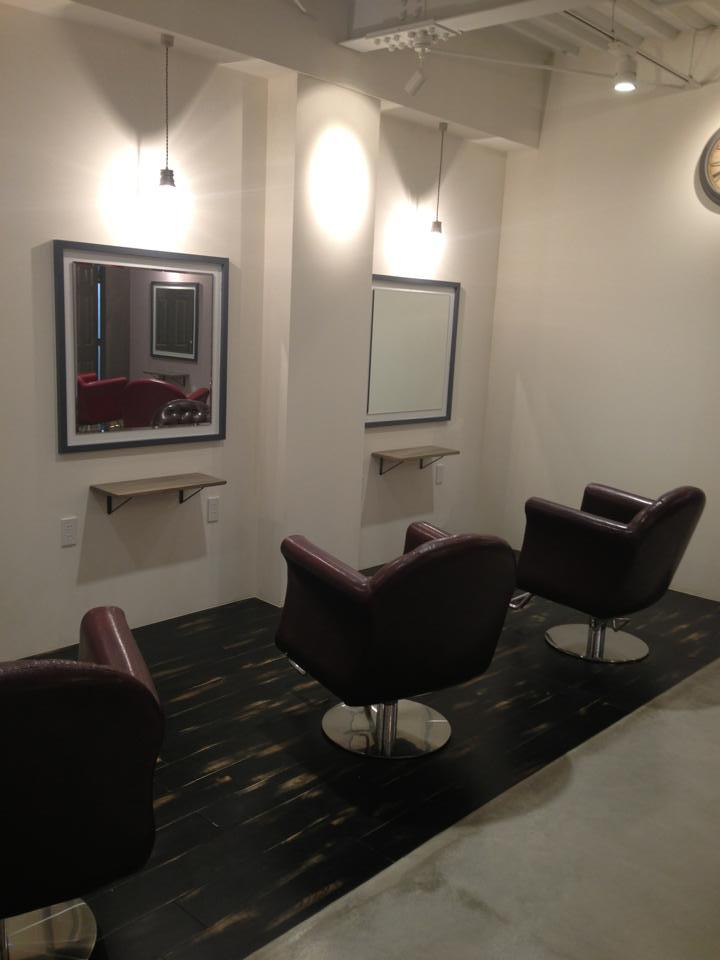美容室かわいらしさとシャープさを兼ね備えた内装デザイン