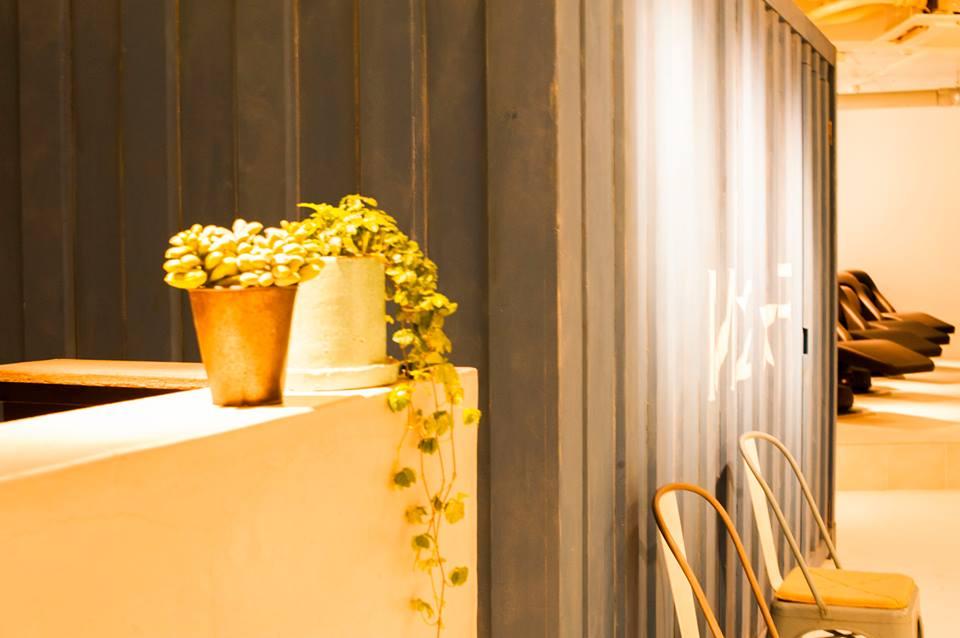 美容院エイジング仕上げのコンテナが風合いのある内装デザイン