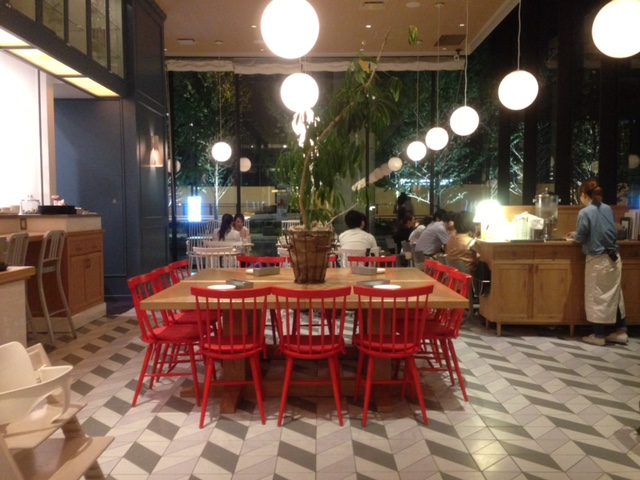 ポップな感じのカフェの内装デザイン