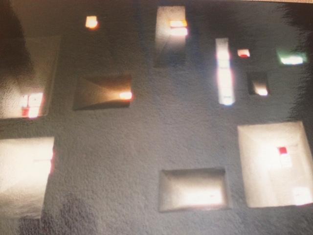 ロンシャンの教会ステンドグラス間接照明