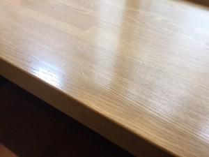 カフェのカウンター集成材を使用