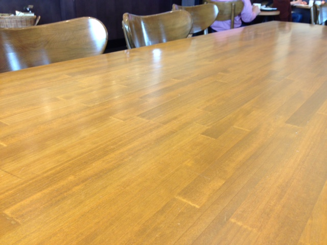 集成材を使った大きなテーブル