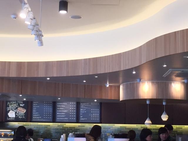木目プリントを壁の内装にしたカフェ