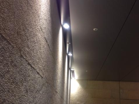 壁間接照明スリットに照明器具