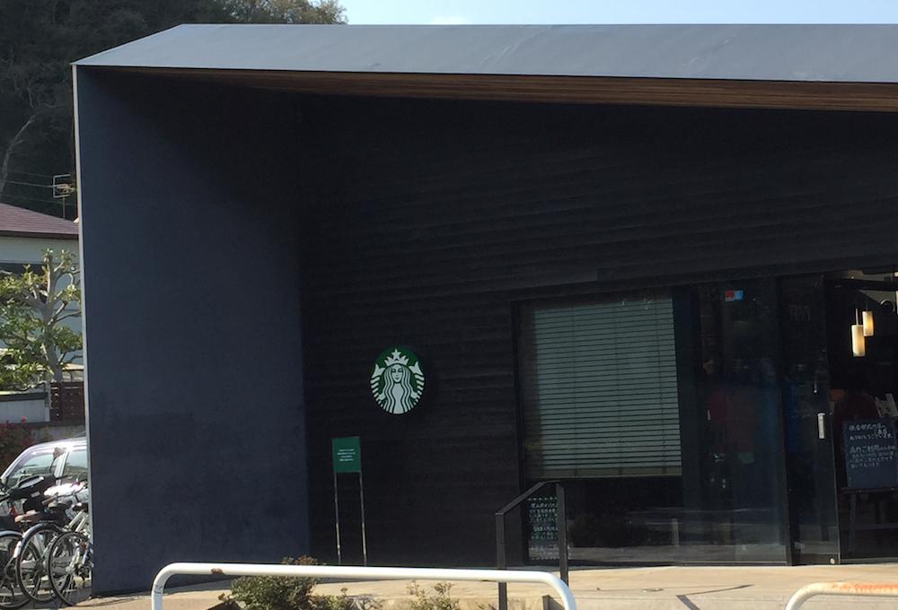 スタバの外壁に貼り付いたロゴサイン