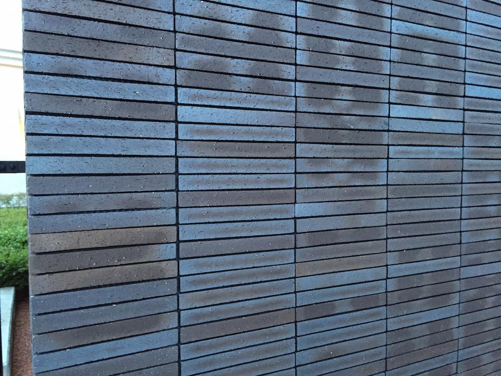 スターバックスの外壁細長いタイルブロック