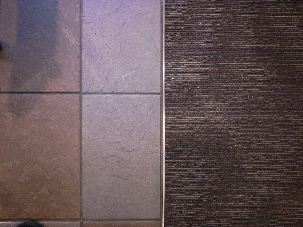 スターバックスの床仕上げタイルとカーペット