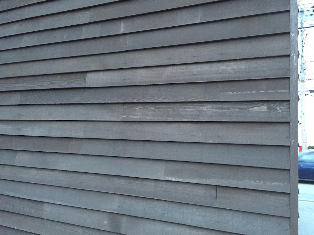 スターバックスの外壁木仕上げ
