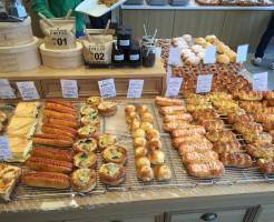 美しいパンが並ぶパン屋