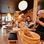 (日本酒の)お店の形態に合わせた木目調の落ち着きある「和」の内装