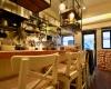 白壁が印象的なイタリアンレストラン