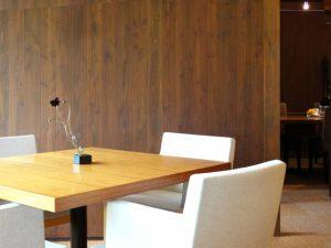 シンプル内装のレストラン
