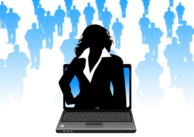 パソコンから出ている女性